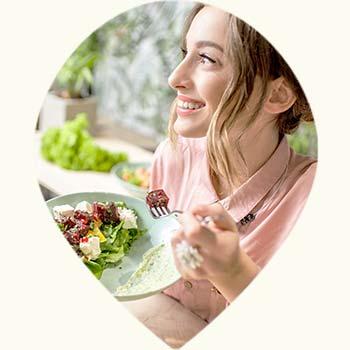 Jeune femme en train de manger