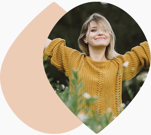 jeune femme heureuse en nature